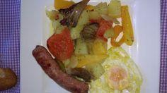 Facil y practico !! Patata,cebolla ,tomate pimientos rojo ,verde , amarillo ,setas y salchichas todo al horno.