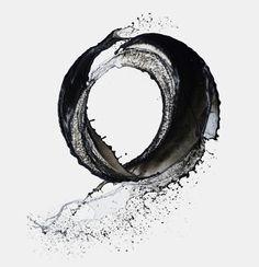 Shinichi Maruyama capture l'éphémère avec la technique du slow motion en manipulant de l'eau et de l'encre.