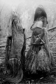 Papua (Indonesia) ~ Merauke River region | Two Yey women in mourning | ca. 1912 - 1915 Old Pictures, Old Photos, Maluku Islands, West Papua, Indigenous Tribes, Dutch East Indies, Tribal People, Ocean Art, People Of The World