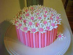 Risultato della ricerca immagini di Google per http://cdn2.stbm.it/pianetadonna/gallery/foto_gallery/cucina/come-decorare-dolci-con-la-pasta-di-zucchero/margherite-in-pasta-di-zucchero_1.jpeg%3F-3600