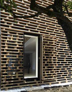 ilia estudio interiorismo: Una fachada con la cuadricula de los palets