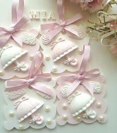 """Mi piace"": 117, commenti: 4 - Bengi Özkan (@madame.mia2014) su Instagram: ""Güzel bir hafta olsun  @kokulutas #kokulutaş #scentedclay #scentedstone #dogum #dogumgunu"" Plaster Crafts, Plaster Art, Diy Fragrance Stones, Wedding Shower Decorations, Shabby Chic Crafts, Baby Wedding, Guest Gifts, Baby Art, Handmade Soaps"