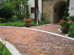 Driveway paving options – how to choose the best driveway pavers Red Brick Pavers, Brick Paver Driveway, Concrete Pavers, Driveway Border, Clay Pavers, Driveway Design, Brick House Designs, Front Yard Design, Backyard