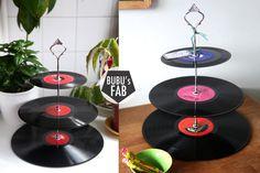 Cupcake stand, présentoir à gâteaux et petites douceurs composé de 3 disques vinyls vintage. 45, 33 et 78 tours.  Made with love in Paris by Bubu's Fab. Vive l'upcycling ! Retrouvez nous sur bubusfab.com