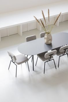 A beautiful new tabletop shape in our collection of customizable dining tables: the flat oval. It's perfect for those who love the soft shapes of an oval tabletop, but don't have enough room for it. As with all designs, the table can be customized to your heart's desire. The dining table also comes with a complementary dining bench. #design #dutchdesign #interior #interiorstyling #studiohenk #home #living #diningtable #butterfly Oval Table, Large Table, Dining Tables, Dining Bench, Room Decor Bedroom, Diy Room Decor, Home Decor, Modern House Design, Furniture Plans