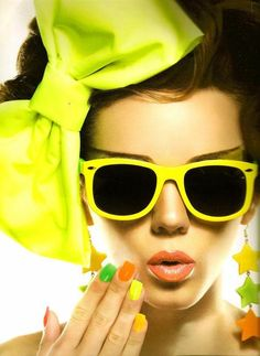 Fotos del perfil uploaded by Lizzie on We Heart It Neon Outfits, Foto Pose, Neon Yellow, Pretty Pictures, Girly Girl, Elegant, Sunglasses Women, Bows, Glamour