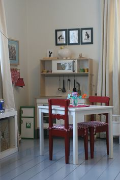 I like the little details of this play kitchen.the flowers on the table, the seat cushions, the hanging utensils. Not too much stuff but enough to stimulate the imagination Home Daycare, Preschool At Home, Corner House, Kitchen Corner, Montessori, Kids Kitchen Accessories, Dramatic Play Area, Inspired Learning, Learning Spaces