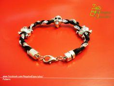Pulsera en negro y plata con tres calaveras. www.facebook.com/RegalosEspeciales/