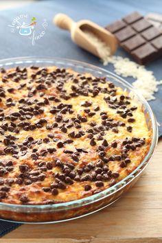 Veloce e molto facile la torta di riso, ricotta e cioccolato. Una ricetta utile per utilizzare del riso avanzato e renderlo dolce e goloso.