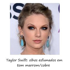 Com uma sombra marrom e bronze esfumadinha, delineador bem rente aos cílios e iluminador, os olhos azuis de Taylor Swift ficaram ainda mais destacados!