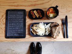 Menu du jour 13/02 - Assiette italienne : Artichauts antipasti + mozzarella de Bufflonne + scamorzza fumée, le tout de chez PAISANO - Légumes crus Bio : courgettes + carottes - Pain aux céréale - Pavé de polenta bio aux raisins + canelle home-made (par Claire)