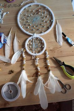 Dreamcatcher DIY tutorial, step to step indian dreamcatcher - Easy Step to Step DIY! Fall Crafts, Diy And Crafts, Crafts For Kids, Resin Jewelry Tutorial, Dream Catcher Tutorial, Indian Arts And Crafts, Native American Crafts, Macrame Design, Doily Patterns