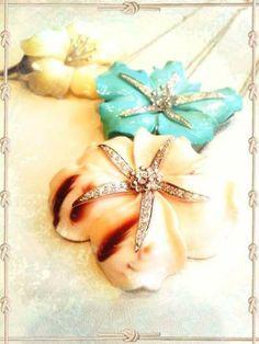 Ciondoli in oro bianco, conchiglia, turchese, madreperla e diamanti taglio brillante