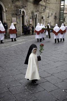 A child at a Catholic procession in Italy. (Photographer: Steve McCurry)