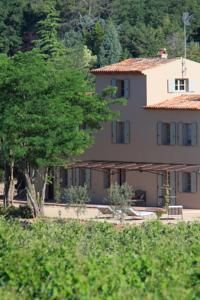 Situé dans la campagne et entouré d'oliviers, de lavande ainsi que de vignes, le Mas De Château Roubine propose des appartements de vacances indépendants.
