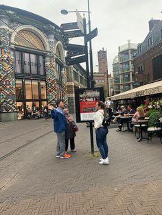 Si visitas la Haya, debes separar un día para irte de compras por el centro. Noordeinde no sólo sostiene por uno de los palacios más importantes de la familia real neerlandesa, sino que a través de sus más de 500 metros incluyendo el instante en que desemboca en la bifurcación entre Hoogsraat y Papestraat nacen muchas de las tiendas donde la mismísima Máxima de Zorreguieta, Reina consorte de los Países Bajos, suele dejarse ver. estaurantes y concurridos cafés. Times Square, Street View, Travel, Tinkerbell, Shopping, Royal Families, Holland, Palaces, Tents