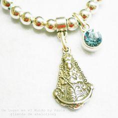 Pulsera Virgen del Rocio. Si quieres ver los materiales que lleva entra en nuestro blog: http://unlugarenelmundobypaula.blogspot.com