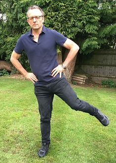 DR MICHAEL MOSLEY: Want to know how long you'll live? Just stand on one leg with your eyes shut! Yoga Fitness, Health Fitness, Senior Fitness, Michael Mosely, Strength Workout, Workout Abs, Stretches For Legs, Get Healthy, Healthy Nutrition
