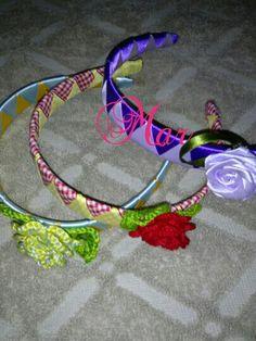 Diadema forradas  de listón  y flores  tejidas  de crochet.