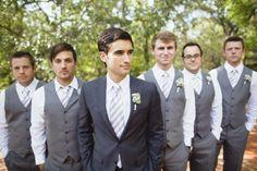 Me gusta el traje oscuro con la corbata más clara y camisa blanca