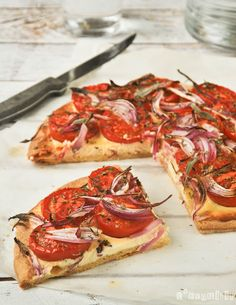 Pie with goat cheese cream, tomatoes and rosemary