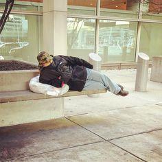 Uma #girl a descansar cheia de #cold no #airport de #boston #shotoniphone