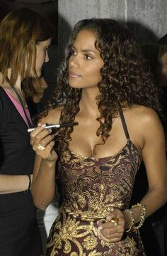 Before striking riches and getting famous, Halle Berry competed in beauty pageants. Like Vanessa Williams, Halle Berry made her mark the old fashioned way. Through the years, the auditioning process was hectic for Halle. Still, the movie star persevered. Halle Berry Sexy, Estilo Halle Berry, Halle Berry Style, Beautiful Celebrities, Beautiful Actresses, Black Women Celebrities, Halle Berry Movies, Hally Berry, Lady