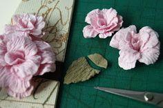 Pomyślałam, że może komuś przyda się moje doświadczenie w składaniu kwiatków z wykrojnika Spellbinders Rose Creation S50-050 i zrobił...