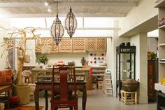 House of Lotus 上質で丁寧な服と美しい手仕事の小物 Shop Interiors, Lotus, Interior Shop, Display Ideas, Simple, Table, Furniture, Lifestyle, Lady