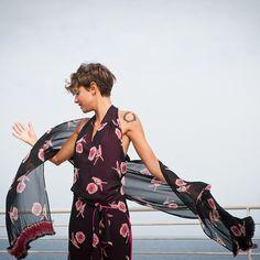 Il double è un must di Fontanarosa. Abito in viscosa con rose da un lato e jersey tinta unita  rendono reversibile e dinamico questo vestitino che si incrocia sul retro lasciando uno scollo ultra femminile sulla schiena.  Stola coordinata.