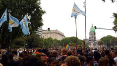Bandeira da Argentina, bandeira LGBT e Congresso ao fundo Marcha del Orgullo, em Buenos Aires. A Argentina como um todo é um destino super gay-friendly e, nessa viagem, conheci 3 deles: Buenos Aires, Bariloche e Rosário, onde houve o 1º casamento igualitário (casamento entre casais do mesmo sexo, homossexuais) do país. A Argentina recebe super bem quem é gay, lésbica, bissexual ou trans.