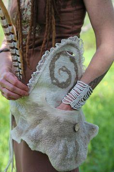 Fülle fühlte Gürtel /Pocket /Bag in weiß und Beige Merinowolle