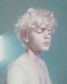 Hogwarts: A Photography Book Modelo Albino, Beautiful Boys, Beautiful People, 3 4 Face, Androgynous Hair, Albinism, Aesthetic People, Hair Reference, Grunge Hair