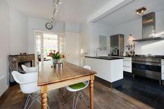Jaren30woningen.nl   Moderne keuken in #jaren30 woning in Delft