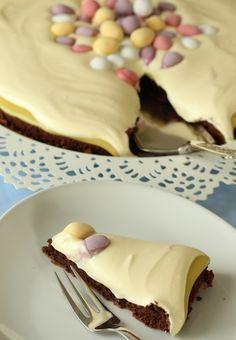 Saftig sjokoladekake med søt og syrlig, myk krem