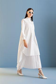 5110 Tunik Beyaz Muslim Fashion, Modest Fashion, Skirt Fashion, Fashion Outfits, Simple Fall Outfits, Classy Outfits, Hijab Style Dress, Minimal Fashion, Types Of Fashion Styles