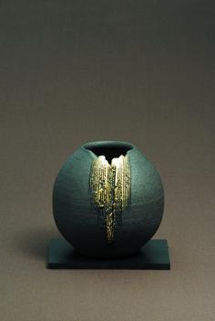 Vase en ceramique # ceramique Provenance: 丸 伊 製陶 製造 部 Raku Pottery, Thrown Pottery, Slab Pottery, Ceramic Clay, Ceramic Bowls, Cerámica Ideas, Sculptures Céramiques, Ceramic Sculptures, Clay Vase