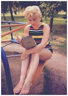 Marilyn Monroe reading.