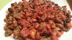 Chili Con Carne.  Bruine bonen, kidneybonen, ui, rode paprika, knoflookteentje, tomatenblokjes. Als specerij chilipeper, cayennepeper, paprikapoeder en karwijzaad. Van alle specerijen ongeveer evenveel.