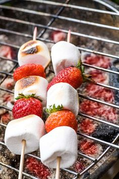 de fraises et Chamallows au barbecue Brochette de fraises et Chamallows au barbecue - How great would this be at your Labor Day BBQ?Brochette de fraises et Chamallows au barbecue - How great would this be at your Labor Day BBQ? Barbecue Recipes, Grilling Recipes, Cooking Recipes, Vegetarian Grilling, Healthy Grilling, Vegetarian Food, Grill Dessert, Bbq Desserts, Birthday Bbq