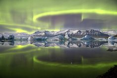 Jaw-dropping Aurora View Wins 2014 Astronomy Photo Contest This overall winning photo shows a green aurora above a glacial lagoon in Iceland. Credit: Aurora over a Glacier Lagoon © James Woodend (U. Aurora Borealis, Astronomy Photography, Astronomy Pictures, Photography Competitions, Science Photos, Science Gallery, Earth From Space, Photo Contest, Belle Photo