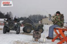 Foto z článku uverejnenom na www.quadmania.cz.  Naše depo funguje. Mirečko si urobil tepelnú pohodu. Obidva Grizzly sú pripravené.