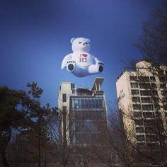 L. Word @Essa Penrose / YG에서 이하이 홍보를 위해 회사 사옥 위에 띄운 거대한 곰인형. 양싸 아이디어라는데 이분이 요즘 딸을 키우시더니....... / 서울 마포 합정 / #골목 #거리 #괴물 / 2013 03 06 /