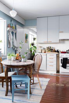 Keittiössä tehtiin pintaremonttia, maalattiin ovet ja vaihdettiin vetimet. Ruokapöytä on Susanin mummolasta ja tuolit ovat kirpputorilöytöjä.