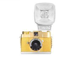Los accesorios y gadgets más chic para tu lado techy Camara Diana Mini Gold Edition con flash, de Lomography  http://www.glamour.mx/moda/shopping/articulos/accesorios-i-phone-i-pad-gadget-tech-chic/1477