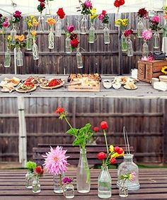 Botellas personalizadas y flores para la decoración de tu casamiento
