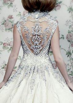 Attention ça brille ! Quand le créateur Michael Cinco confectionne un décolleté dans le dos pour une robe de mariée, ce n'est pas quelques...
