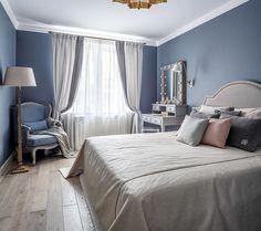 Самой яркой комнатой в проекте стала спальня, но это не просто цветовой 💥, стены словно «обтянуты» сложным оттенком серо-голубого с нотками лаванды, мягкий контраст c ним составляет светлый беж текстиля. Вязаный плед и подушки - @boconceptrussia 🙌🏽 #enjoy_home #спальня #кровать #дизайнинтерьера