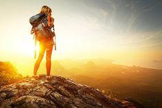 Многие люди обожают путешествовать. Поездки дарят приятные эмоции, дают возможность увидеть привычные вещи в другом ракурсе, позволяют завести новые знакомства и узнать новое. Но и путешествовать нужно с умом. Полноценно отдохнуть и не потратить время, валяясь в постели и мучаясь от акклиматизации, помогут простые правила.