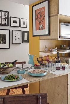 Antonio adora cozinhar comida baiana (ele é de Salvador) e asiática para seus convidados. Na mesa, o jogo de jantar dinamarquês é de cobre esmaltado. As cadeiras vieram de uma feira de antiguidades de Nova York. Ao fundo, uma coleção de gravuras e fotos unidas pela cor: preto e branco.